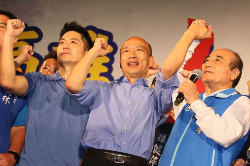 國民黨高雄市長候選人韓國瑜(中)29日在節目專訪中表示,若當上市長,將來有關意識形態的抗議,不管是統一或獨立運動,都不會准。(資料照,柯承惠攝)