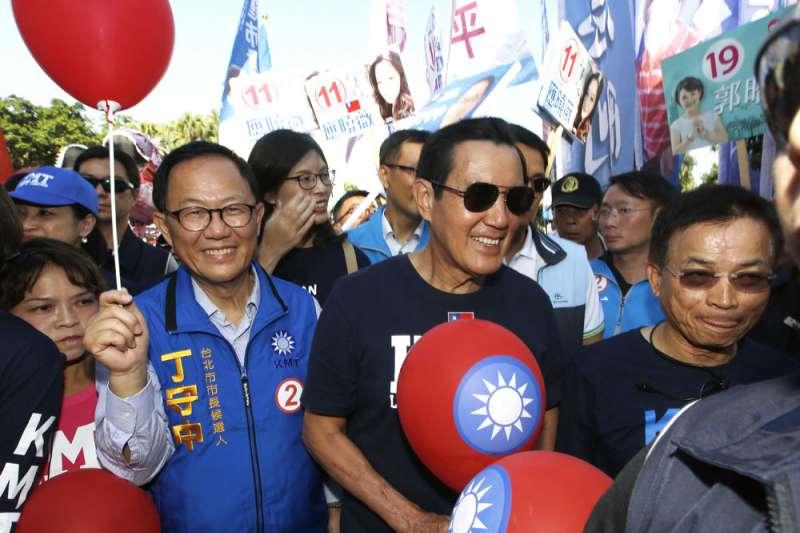 丁守中(左)希望借助馬英九(右)當年的「馬市長」魅力,拉回藍營選票。(郭晉瑋攝)