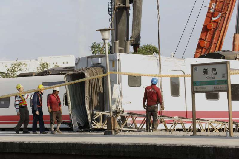 普悠瑪6432次在新馬站發生出軌翻覆意外,台鐵人員漏夜搶修。(郭晉瑋攝)