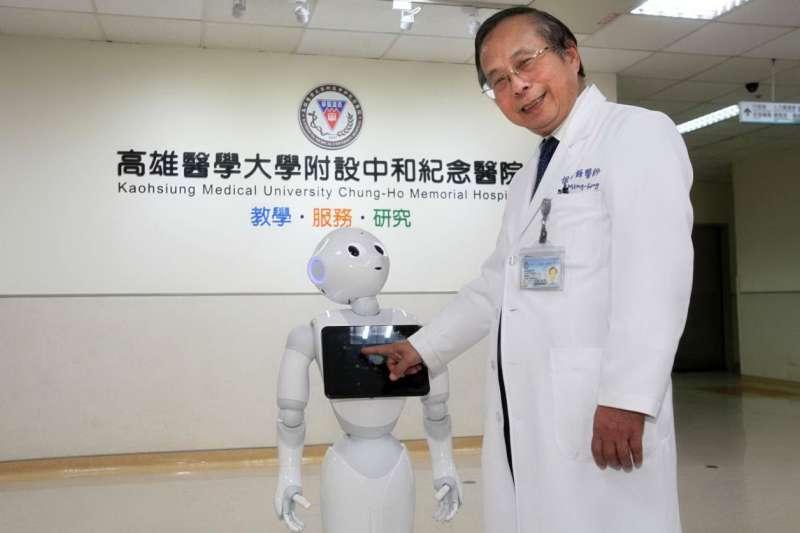 中和紀念醫院代理院長侯明鋒表示,機器人是智能醫院的基本配備,提供第一線的諮詢服務。(徐炳文攝)