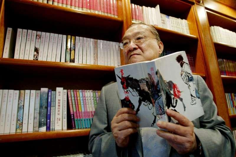 金庸首部作品《書劍恩仇錄》1955年於香港發佈後,作品透過盜版印刷,逐漸流入台灣校園,在戒嚴時期引起國民黨當局側目。(BBC中文網)