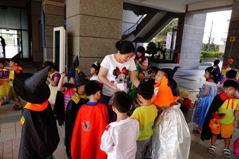 修平科技大學所在社區的美恩幼兒園舉辦萬聖節活動,帶著小朋友們到修平校園發糖果。(圖/修平科技大學提供)