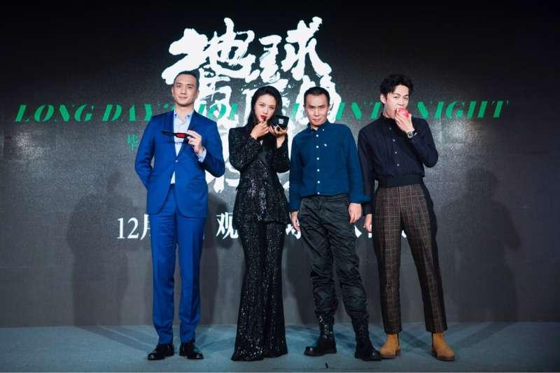 《地球最後的夜晚》演員黃覺(左起)、湯唯、陳永忠、李鴻其用關鍵道具,透露劇情端倪。(甲上娛樂提供)