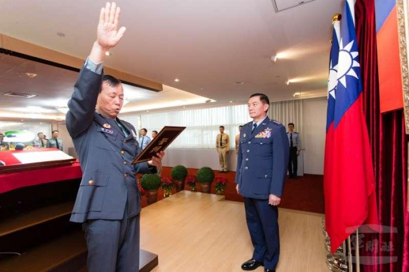 國防部軍政副部長沈一鳴(右)主持布達典禮,黃開森(左)確定出任政戰局長。(取自軍聞社)