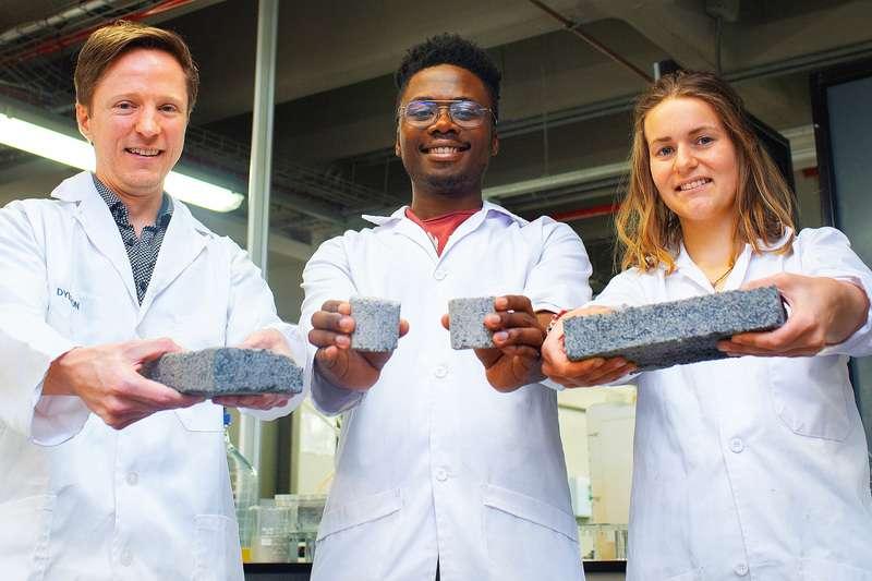 ▲科學家們拿著以尿液製作成的「生化磚塊」。(圖/翻攝自開普敦大學,智慧機器人網提供)