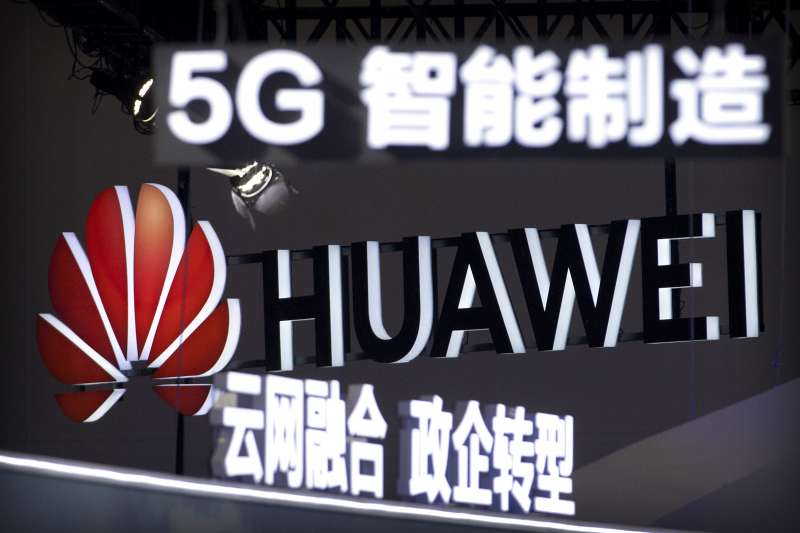 中國全力布建5G網絡,華為卻因為貿易戰,開始被英國電信等大客戶取消訂單,如今創辦人獨生女孟晚舟更驚傳被加拿大逮捕,爭端急速升高(圖片來源:AP)