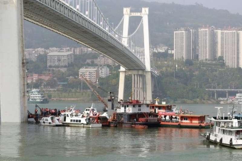 在江上打撈車禍墜入江中公車的搜救隊。(圖/BBC中文網)