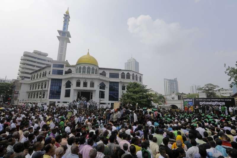2018年10月,南亞印度洋島國斯里蘭卡爆發政爭,大批民眾上街抗議(AP)