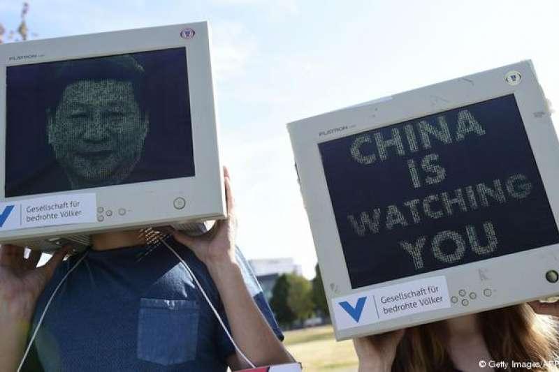 中國被「自由之家」評為網路最不自由國家。圖為今年7月,一批德國示威者趁中國總理李克強到訪時,抗議中國政府的網路監控行為。(德國之聲)