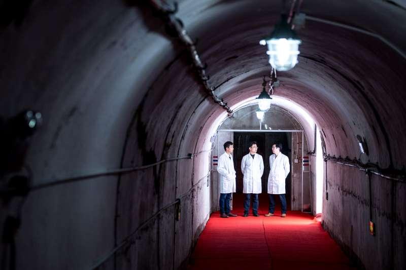 華中科技大學重力實驗中心的塗良成(左)、胡忠坤(中)、周澤兵在交流實驗情況(新華社)