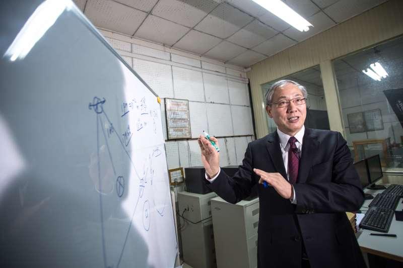 羅俊院士在華中科技大學重力實驗中心介紹重力波探測「天琴計畫」的進展情況(新華社)