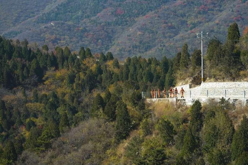 10月24日,在北京西山國家森林公園,應急管理部森林消防局機動支隊的消防員在巡查。(新華社)