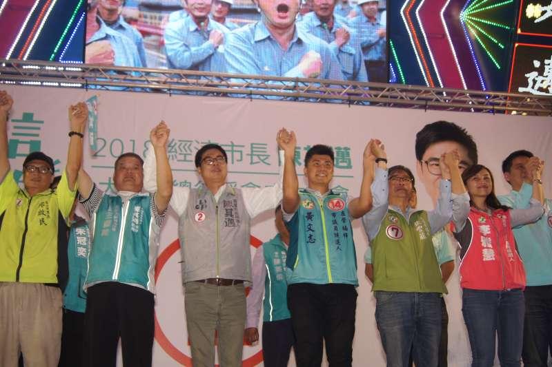 20181102-民進黨高雄市長候選人陳其邁2日晚上出席造勢活動時表示,他沒有辦法接受因為選舉,而將高雄的發展和高雄人的努力批評得一文不值。(陳其邁競選總部提供)