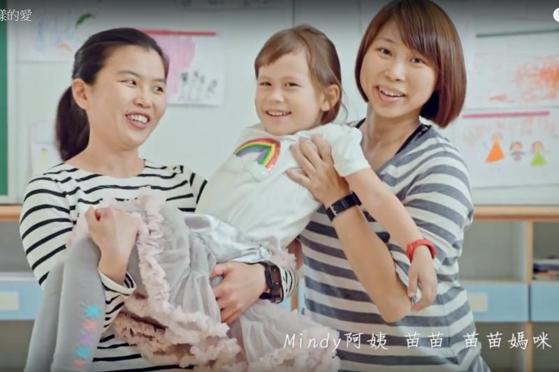 透過人工生殖產下女兒的女同志媽媽吳少喬(Jovi)9日將在公投辯論上迎戰下福聯盟律師裘佩恩。圖為(左至右)邱明旳Mindy、苗苗、吳少喬Jovi 。(取自YouTube)