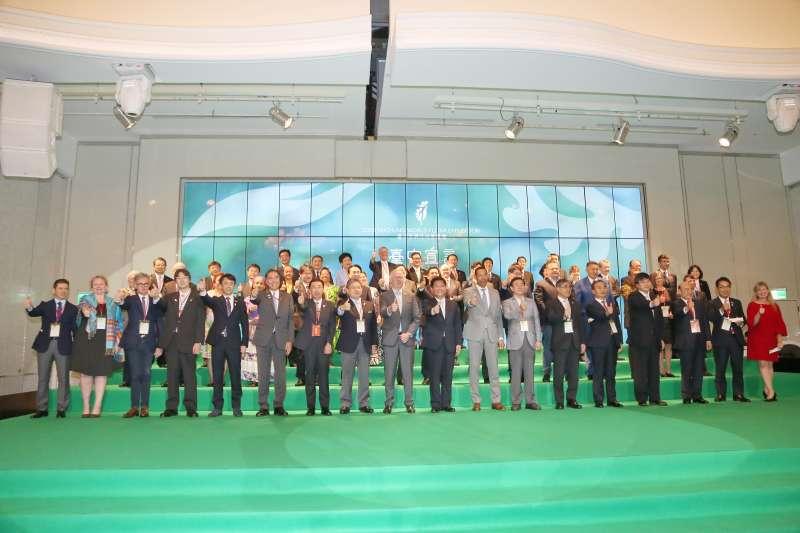 2018台中花博今(3)日盛大開幕,市長林佳龍宣布開園後,隨後前往台中林酒店,與174名代表簽署「台中花博宣言」,向世界傳遞花博GNP共好理念。(台中市政府提供)