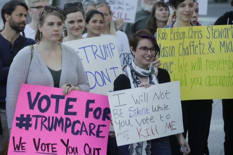 美國民眾上街反對廢除《平價醫療法》。(美聯社)