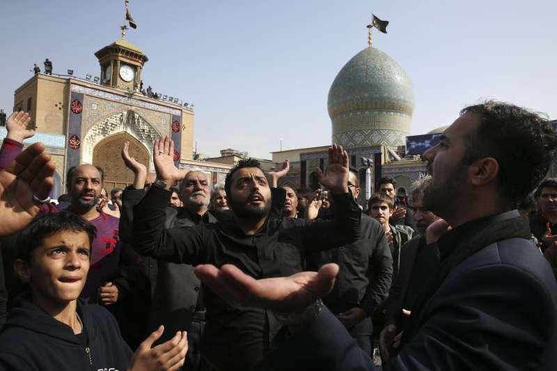 伊朗伊斯蘭教什葉派信徒在清真寺外舉行活動(AP)