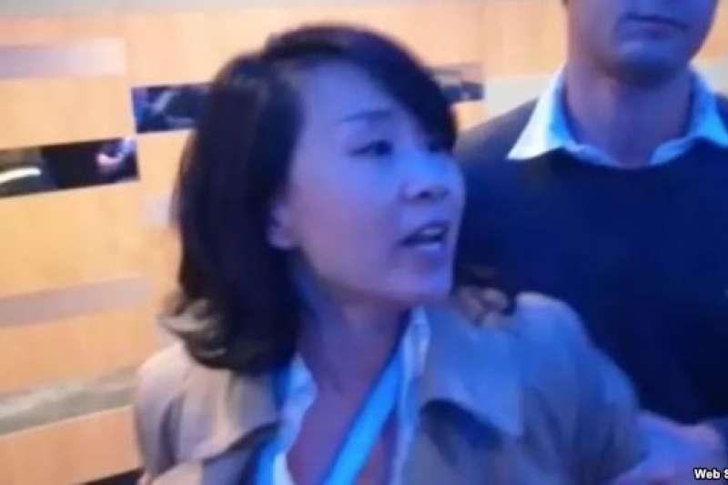中國央視女記者孔琳琳在英國保守黨年會上出言不遜並動手打人。(美國之音)