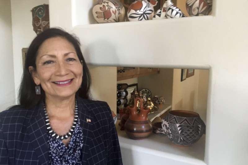 2018年美國期中選舉,競選新墨西哥州第1選區的哈蘭德(Debra Haaland)有望成為美國首位女性原住民眾議員。(AP)