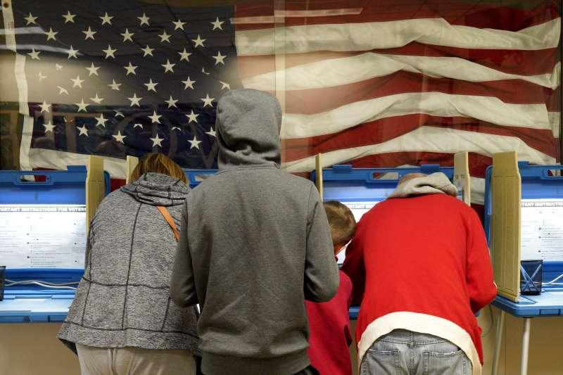 今年11月2日,美國內布拉斯加州的選民為期中選舉提前投票(美聯社)