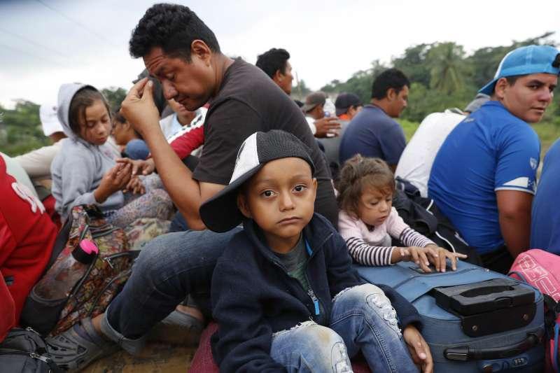 美國總統川普大打「族裔牌」和「移民牌」製造分裂,直批中美洲移民大軍是有人背後操控(AP)