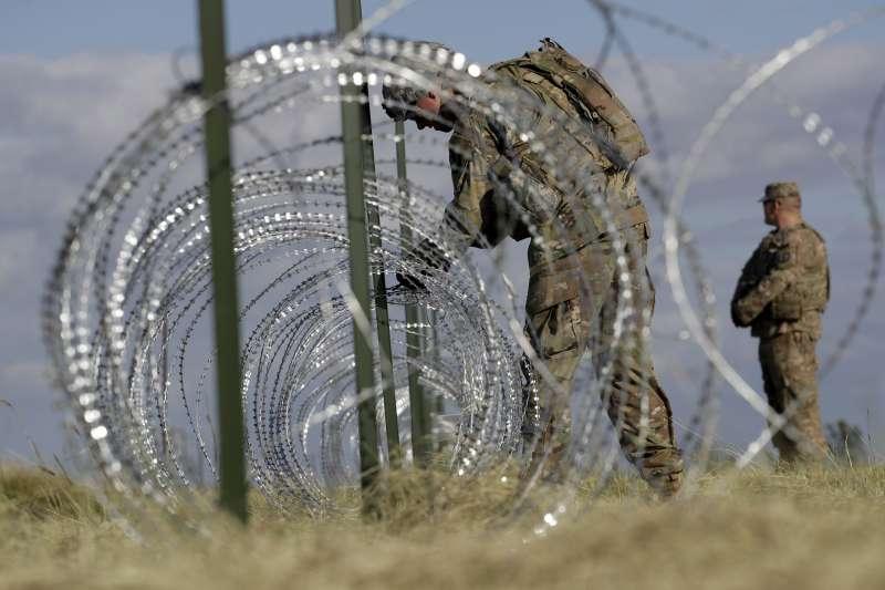 美國總統川普大打「族裔牌」和「移民牌」製造分裂,下令部署15000美軍駐守邊界擋移民入境(AP)