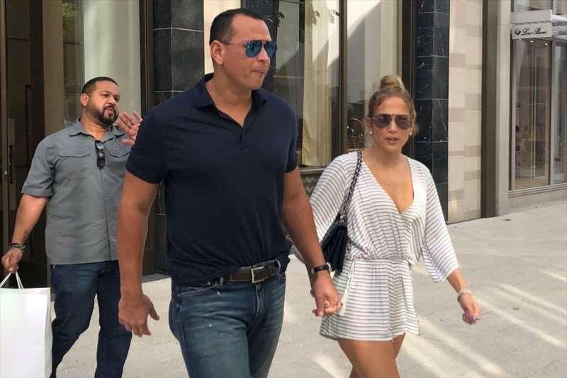 A-ROD和明星女友到邁阿密逛街。(美聯社)