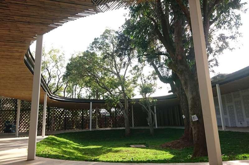 后里森林園區「發現館」由建築師潘天壹以綠色建材再生塑化磚打造,結合仿生態氣流的通風樹塔、展場動線與老樹融合。(圖/瘋設計)