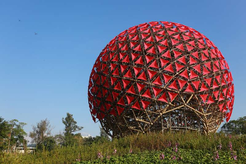 以697朵火紅色機械花所組成,結合藝術、人文與科技的地表最巨大機械花。(圖/瘋設計)