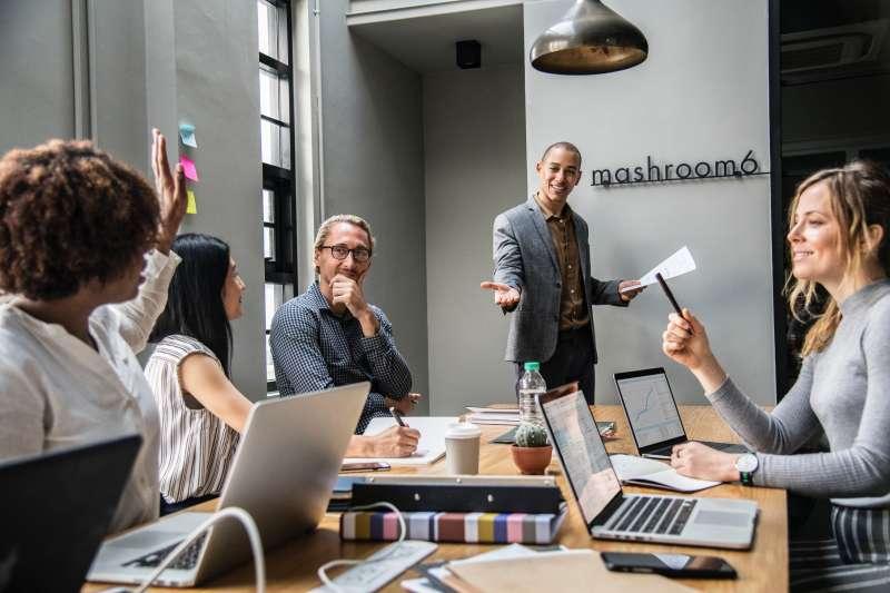 Amazon的創辦人兼執行長傑佛瑞.貝佐斯(Jeffrey Bezos)在開會時禁止員工使用PowerPoint做簡報,原因是什麼?(圖/取自pexels)