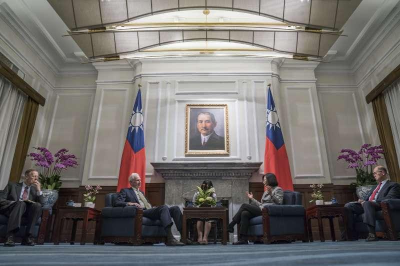 2018年11月,為慶祝《台灣關係法》40周年,總統蔡英文接見美國在台協會主席莫健。然而40年前的12月16日,台美關係發生劇烈變化(總統府)