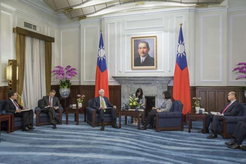 總統蔡英文5日接見美國在台協會(AIT)主席莫健(James Moriarty),並表示希望美國未來能繼續與台灣攜手合作。(總統府提供)