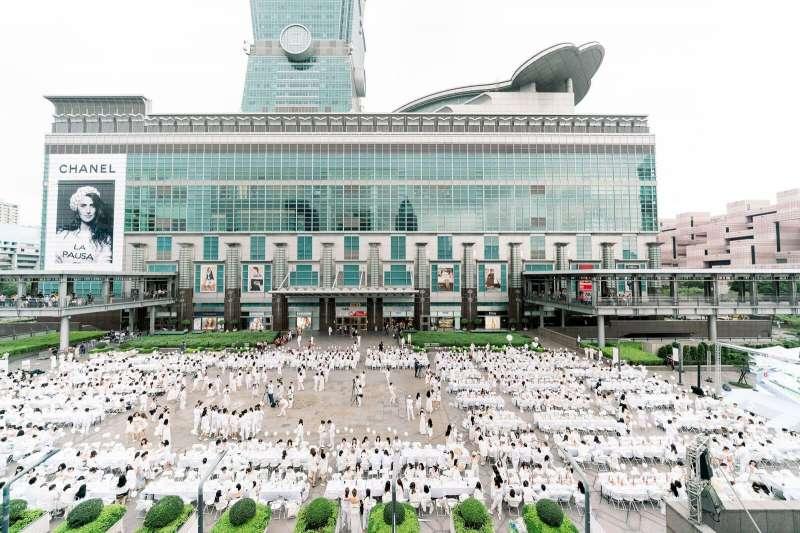 白色野餐於 11/3 下午於 101 水舞廣場舉行,吸引超過 1000 人參加。(圖片提供: The Stage)