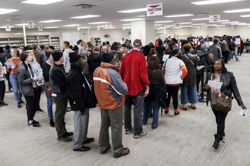 2018美國期中選舉11月6日即將登場,圖為提早投票的選民在投票所排隊。(AP)
