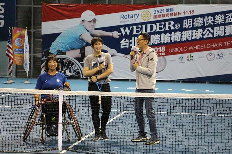 甫宣布退役的台灣網球女將莊佳容親自坐上輪椅與輪椅網球界球后呂嘉儀進行一場示範賽。(輪轉活動整合行銷工作坊提供)