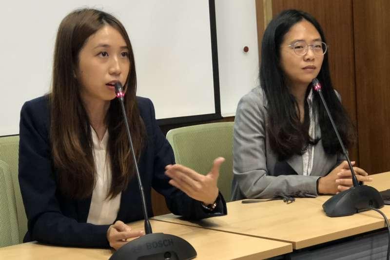 2018年11月6日,台灣數位外交協會理事長郭家佑(左)與民主維新理事長李旻臻(右)發起「台灣外交暖實曆」募資計畫。(蔡亦寧攝)