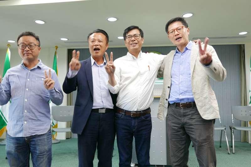 20181106-羅文嘉(左一)、翁章梁(左二)、周奕成(右一)等昔日野百合學運夥伴,日前和民進黨高雄市長候選人陳其邁合開記者會表達支持。(民進黨中央提供)