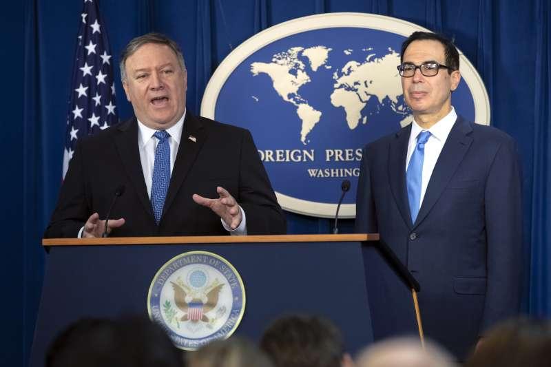 2018年11月5日,美國正式重啟對伊朗全面經濟制裁,由國務卿龐畢歐(左)、財政部長馬努欽宣布(AP)