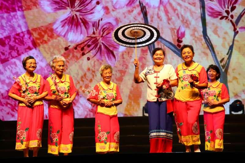 屏東長治潭頭社區的長輩帶來精彩的客家歌曲舞蹈。(圖/弘道老人福利基金會提供)