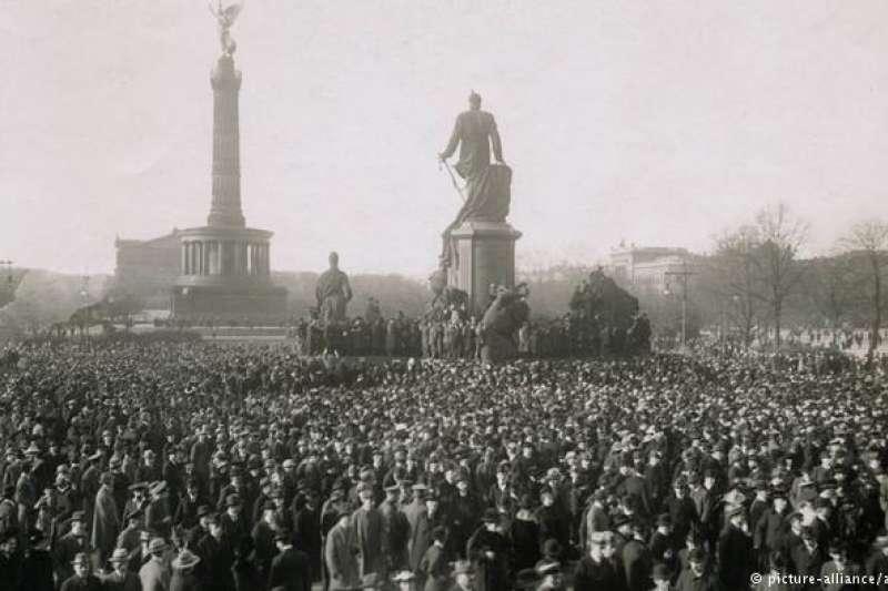 1918年11月10日,柏林市中心的示威民眾。(圖/德國之聲)