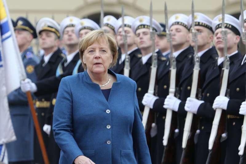德國總理梅克爾因得票率大跌辭去基民黨黨魁,作者認為,未能與時俱進,是梅克爾時代告終的原因。(資料照,AP)