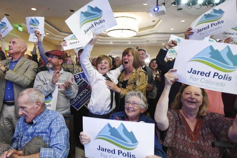 2018年11月6日,波利斯當選科羅拉多州長,成為美國史上首位公開出櫃並當選的男同志州長,支持民眾欣喜若狂。(AP)