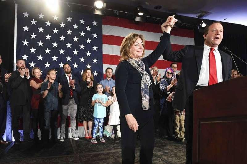 2018年11月6日,波利斯(右)當選科羅拉多州長,成為美國史上首位公開出櫃並當選的男同志州長。(AP)