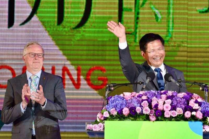 林佳龍(右)在國際園藝生產者協會主席歐斯特羅姆(左)的見證下,宣布花博正式開園。(翻攝自林佳龍臉書)