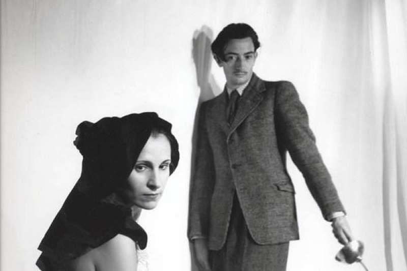 「我和常人的差別是我是瘋子,而我和瘋子的差別是我沒有瘋。」超現實主義的代表人物達利(Salvador Dali)顛覆大眾對一般藝術家的印象,神秘又癲狂的他在藝術歷史上揮灑出繽紛的一頁。