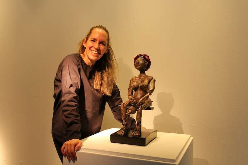 來自南美洲的藝術家艾斯蒂法尼亞用她的觀點創作8位女人雕塑,分別代表全球各地多元的傳統面貌,她表示人類歷史上的婦女們在世界上扮演脆弱的一方,而現在是女性崛起的年代,女人是改變世界的關鍵。(圖/新北市陶博館提供)