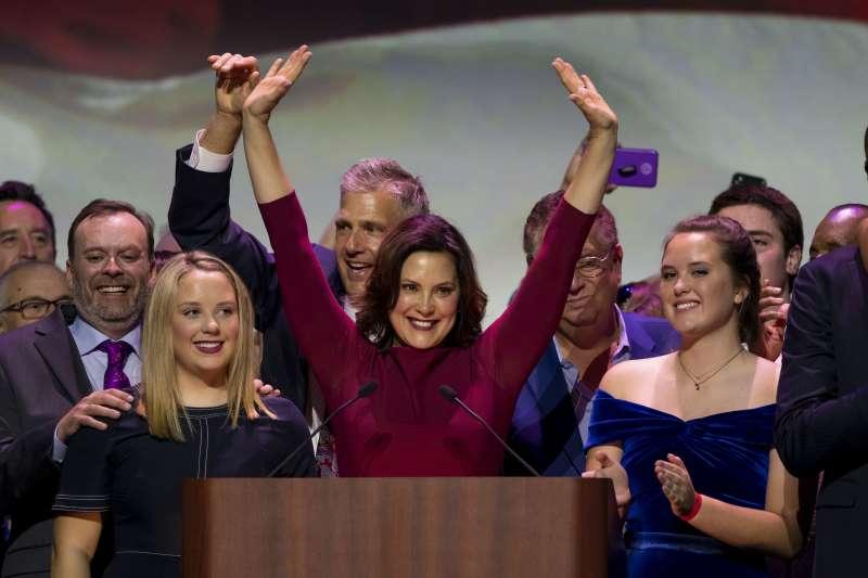 民主黨籍的密西根州州長候選人惠特莫(中)擊敗共和黨候選人許特,成為密西根州史上第2位女州長(美聯社)