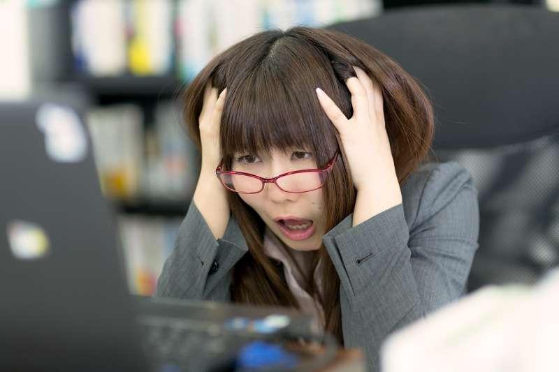「好痛喔!」台灣人最直覺的會說出It's so hurt!但這句話卻犯了嚴重的文法錯誤啊!(圖/すしぱく@pakutaso)