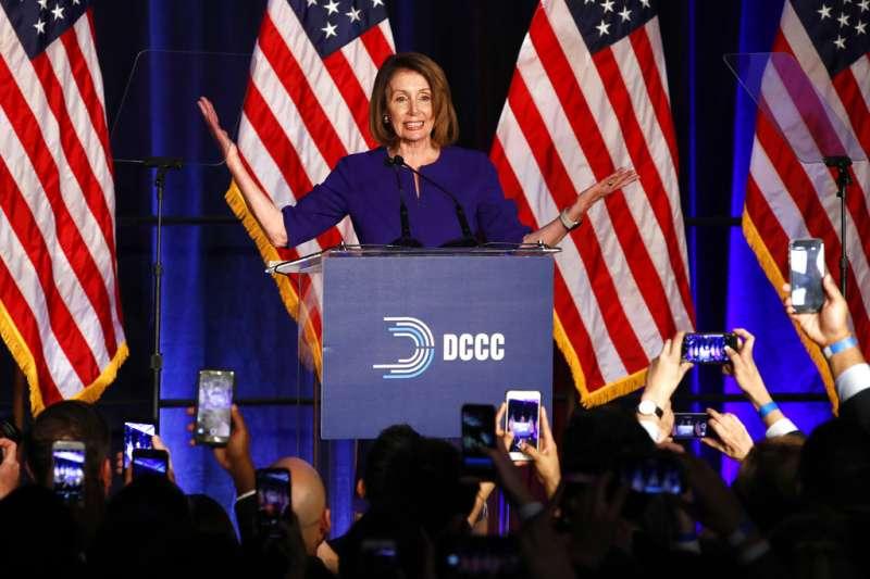 民主黨在2018美國期中選舉奪回眾議院多數黨地位,眾議院民主黨領袖裴洛西6日向黨內同僚發表感言。(AP)