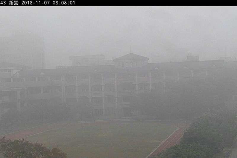 台南新營國小7日早上6到8點間,因空污嚴重,竟消失在監視器畫面中。(圖片取自環保署空氣品質監測網)